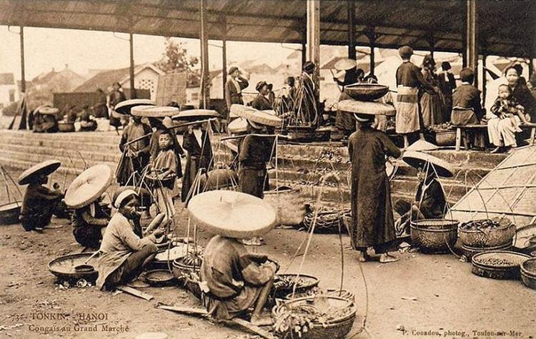 Cảnh buôn bán ở chợ Đồng Xuân xưa khi khu chợ chưa được xây dựng hoàn thiện.