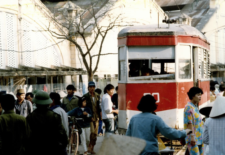 Tàu điện chạy qua chợ Đồng Xuân, thập niên 1980.