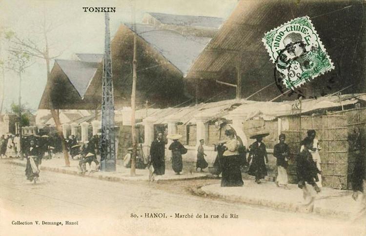 Thời điểm này khu chợ chính đã được dựng mái tôn, xung quanh là các quầy lợp bằng lá thô sơ.