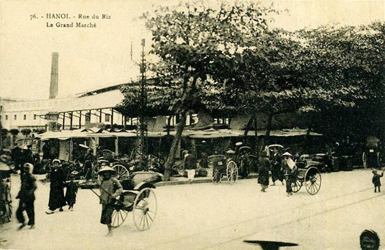 Đường xe điện chạy qua mặt trước chợ, nhìn từ đầu phố Hàng Khoai.