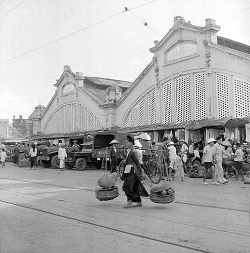 Những chiếc xe quân sự đỗ phía trước chợ Đồng Xuân, đầu thập niên 1950.