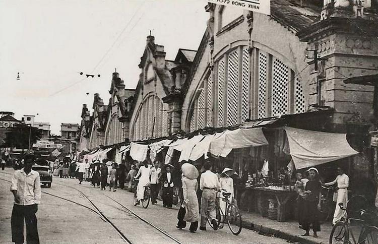 Toàn cảnh mặt trước chợ Đồng Xuân thập niên 1950.