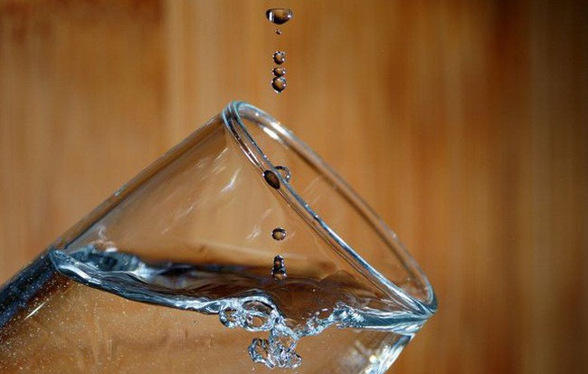 Đối với loài người chúng ta, nước là một loại vật chất vừa quen thuộc lại vừa lạ lẫm.