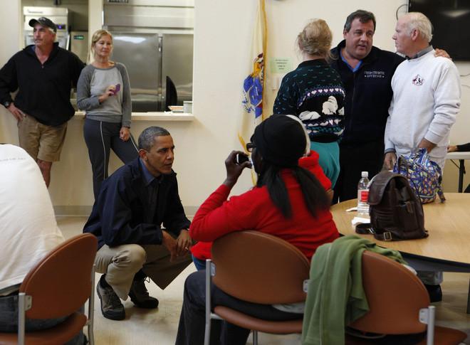 Còn cựu tổng thống Mỹ Barack Obama thì không thể hạ chân của ông ấy xuống...