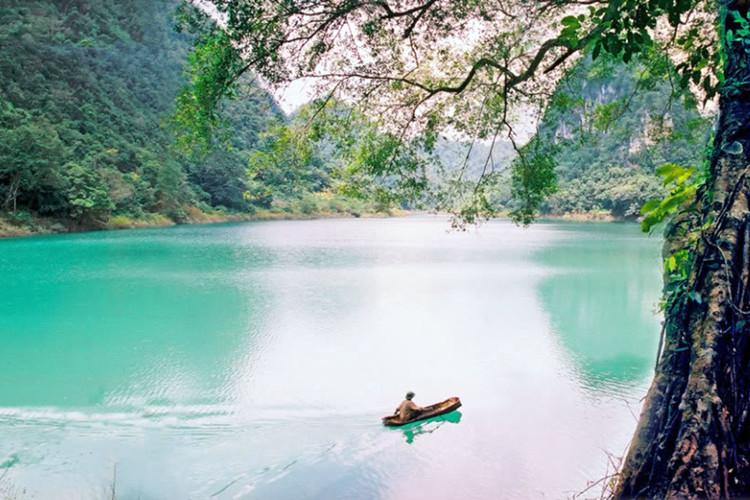 Hồ Thăng Hen thuộc quần thể Công viên địa chất Non Nước Cao Bằng.