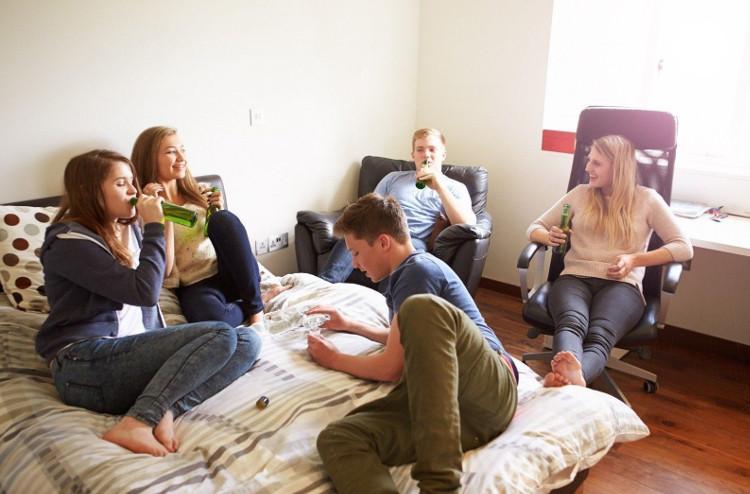 Giới trẻ không nên bắt chước các hành vi rủi ro của người đồng trang lứa.