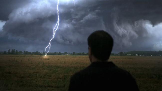Gặp bão, muốn tăng cơ hội sống thì bạn càng ít tiếp xúc với mặt đất càng tốt.