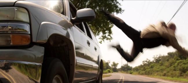 Nếu bắt buộc phải nhảy khỏi xe khi đang chạy thì hãy chắc chắn rằng tốc độ của xe ở mức vừa phải