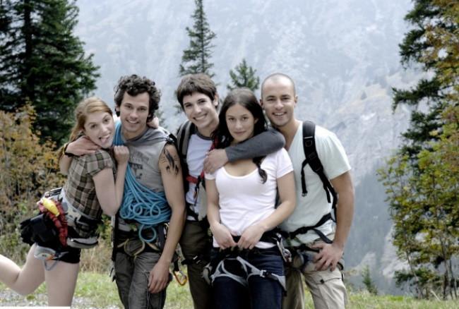 Khi đi phượt, bạn nên chọn quần áo bằng polyester để đảm bảo an toàn.