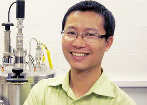 PGS Phan Mạnh Hưởng, cựu sinh viên Đại học Quốc gia Hà Nội, tham gia điều hành tạp chí.