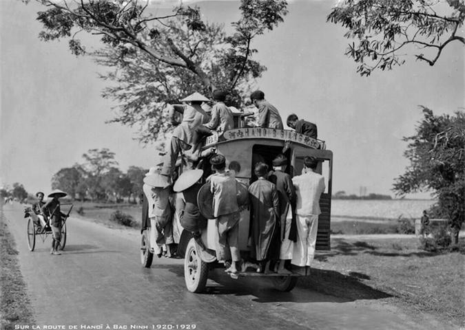 Xe khách chật cứng trên đường Hà Nội - Bắc Ninh, thập niên 1920