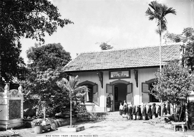 Học sinh xếp hàng vào lớp ở trường làng Thanh Sơn, Bắc Ninh thập niên 1920