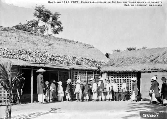 Trường tiểu học Đại Lâm với lớp học là các ngôi nhà lá, Bắc Ninh thập niên 1920.