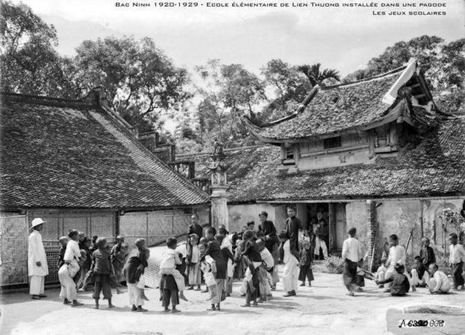 Giờ ra chơi ở trường tiểu học Liên Thượng, ngôi trường nằm trong một ngôi chùa, Bắc Ninh thập niên 1920