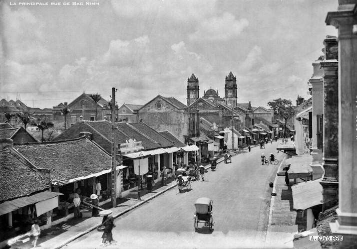 Trục đường chính ở thị xã Bắc Ninh thời Pháp thuộc, khoảng thập niên 1920, nay là đường Ngô Gia Tự.