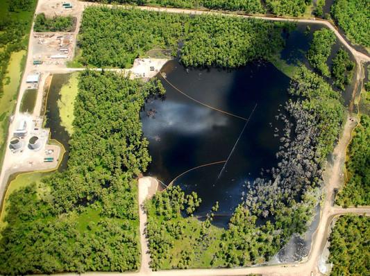Hố sụt tại đầm lây Bayou Corne ngày càng mở rộng, nhìn từ trên cao.