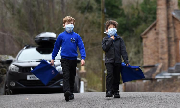 Trẻ em đi học phải đeo khẩu trang do ô nhiễm không khí ở Anh.