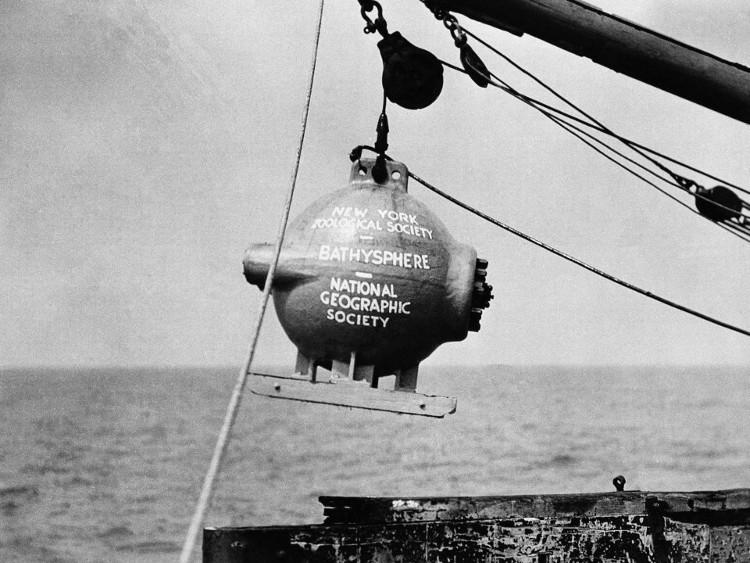 """Tàu lặn """"Bathysphere được dần hạ xuống nước tại khu vực Bermuda thuộc Đại Tây Dương vào ngày 11/8/1934."""