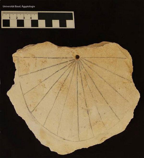 Mặt đồng hồ mặt trời cổ nhất (khoảng năm 1.500 TCN) của người Ai Cập tại Thung lũng các vị vua