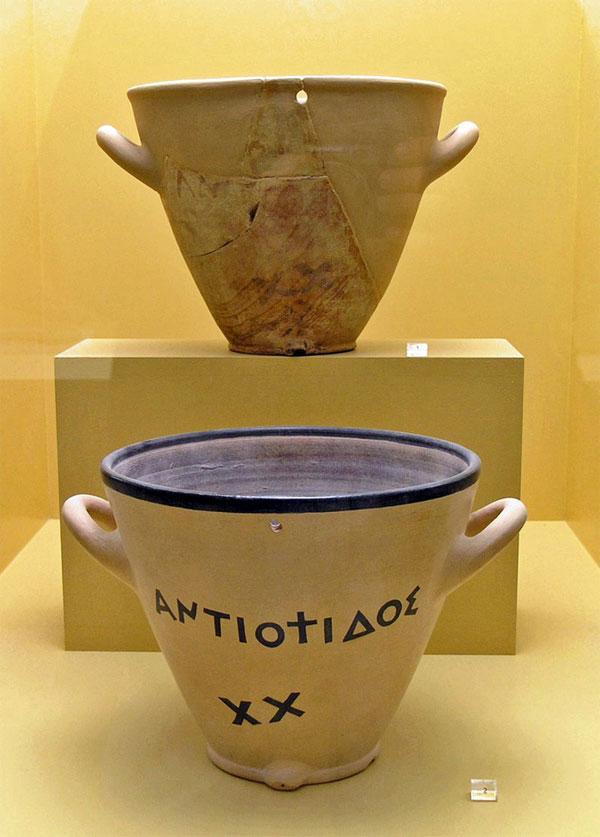 Một đồng hồ nước bằng đất gốm khoảng cuối thế kỷ thứ 5 TCN trưng bày tại Athen