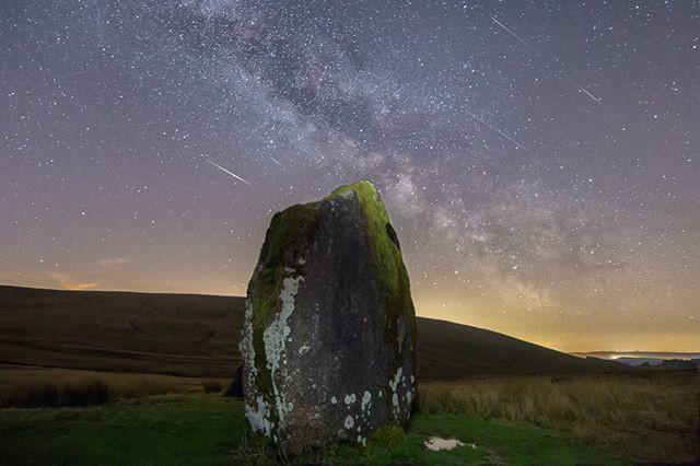 Một bức ảnh chụp dải Ngân Hà và mưa sao băng Lyrid ở Vườn quốc gia Brecon Beacons xứ Wales.