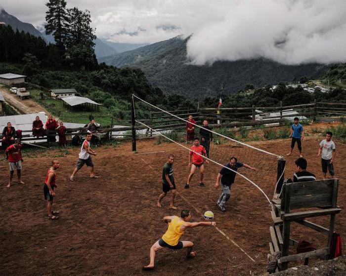 Các nhà sư chơi bóng chuyền