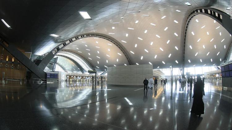 Kiến trúc của sân bay vô cùng ấn tượng, với mái vòm gợn sóng gợi nhớ đến vị trí ven biển của sân bay.