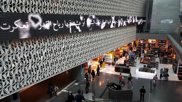 Các bảng chạy chữ là những vần thơ bằng tiếng Ả Rập.