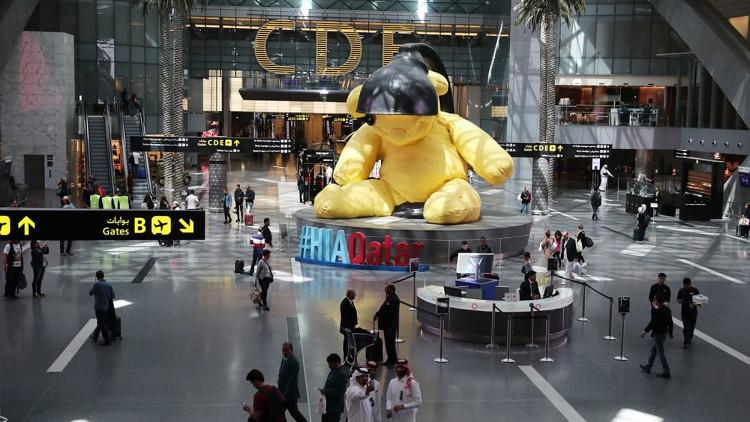 """""""Lamp Bear"""" của nghệ sĩ người Thụy Sĩ Urs Fischer, đã trở thành một linh vật của sân bay."""