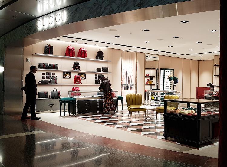 Sân bay có vô số cửa hàng của thương hiệu cao cấp lớn như Gucci, Burberry, Swarovski và Coach.