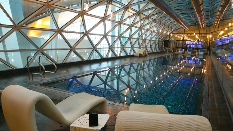 Sân bay còn có một hồ bơi dài 25m tuyệt đẹp nhìn ra sảnh khởi hành chính.