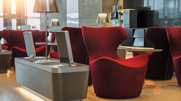 Ghế ngồi thoải mái và máy tính bảng được trang bị sẵn tại sảnh chờ khách.
