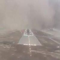 Video: Cận cảnh máy bay chở khách hạ cánh gặp bão cát