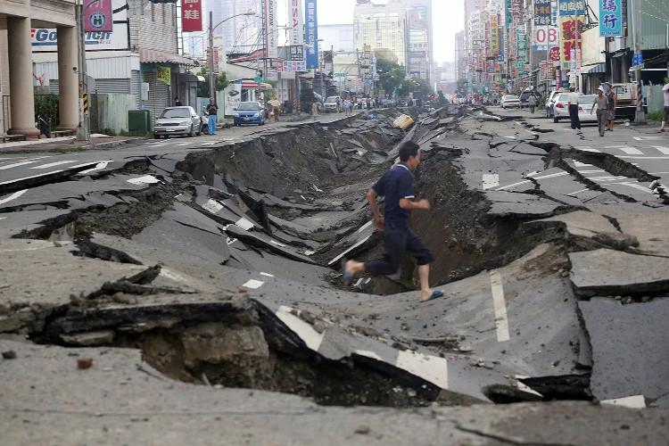 Mặt đất dậy sóng làm hơn 100 người chết.