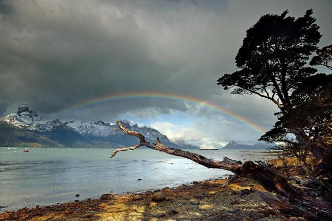 Ánh sáng chơi đùa với màu sắc của bầu trời trên phong cảnh đẹp ngoạn mục