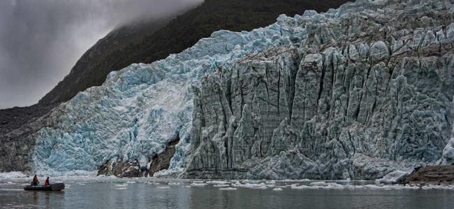 Nhiếp ảnh gia Paolo Petrignani ghi lại cảnh tượng 2 người chèo thuyền tiếp cận một sông băng khổng lồ.