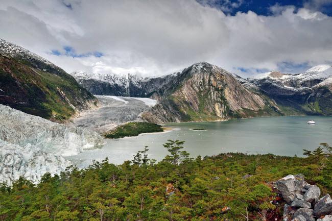 Bức ảnh được nhiếp ảnh gia Saul Santos chụp tại dòng sông băng Pia trên dãy Darwin ở Patagonia, Nam Mỹ.