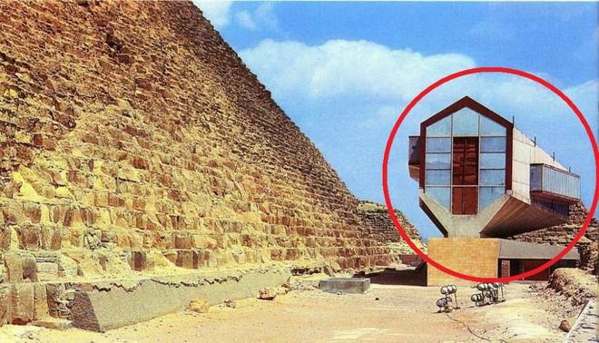 Viện bảo tàng tại chân kim tự tháp.
