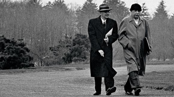 Einstein và Godel trở thành đôi bạn vong niên, thường xuyên trò chuyện cùng nhau.