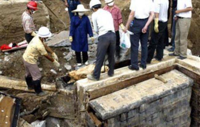 Các nhà khoa học tiến hành khai quật hai ngôi mộ