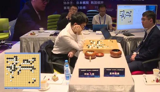 Ke Jie và Golaxy đối đầu.