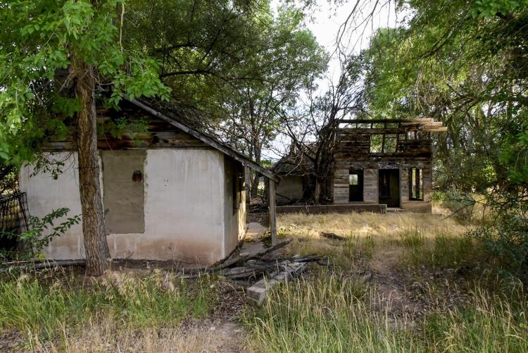 Một căn nhà gỗ bỏ hoang trong khuôn viên trang trại Skinwalker.