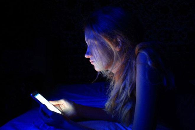 Ánh sáng xanh trên smartphone là nguyên nhân gây ra hiện tượng khó ngủ.