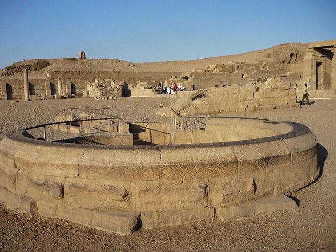 Các công trình bằng đá khác để theo dõi mực nước sông Nile tăng hay giảm.