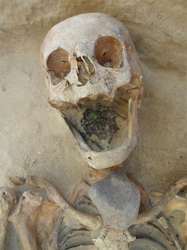 Hoặc đặt thêm một tảng đá lớn trên ngực để không cho xác chết đội mồ sống dậy.
