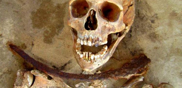 Người xưa chèn một lưỡi hái ngang ngực thi thể...