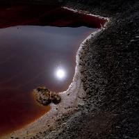 Sửng sốt trăng tròn in bóng trong hồ máu đỏ tựa sao Hỏa