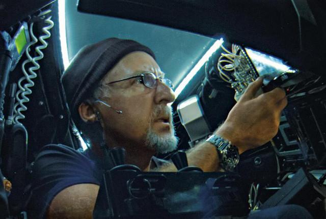 Bên trong buồng lái, Cameron kiểm soát các hệ thống thông qua một màn hình cảm ứng.