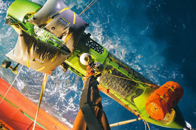 Deepsea Challenger được nâng lên boong tàu bằng một cần cẩu sau một chuyến lặn thử ở độ sâu 8.221m.