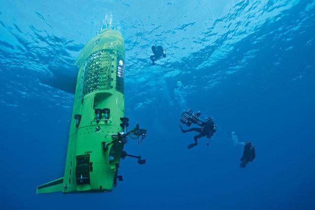 Chiếc tàu ngầm được trang bị hệ thống đèn, camera, và các thiết bị khoa học khác.